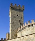 De gang van de toren en van de borstwering van middeleeuwse villag Vigoleno Stock Afbeeldingen
