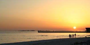 De gang van de zonsondergang op het strand Royalty-vrije Stock Foto