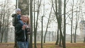 De gang van de familie in het park stock videobeelden