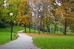 De gang van het de herfstpark van Zagreb, Kroatië Stock Foto's