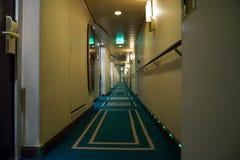 De gang van het passagiersdek met het leven cabinesruimten aan boord van cruiseschip royalty-vrije stock foto's