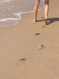 De gang van het strand met voetafdrukken Royalty-vrije Stock Foto's