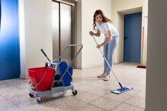 De Gang van portiercleaning floor in stock fotografie
