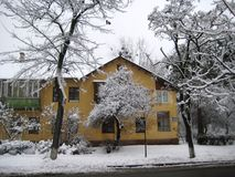De gang van de de wintermiddag langs een sneeuwstadsstraat stock afbeelding