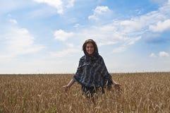 De gangen van de vrouw op wheatfield stock foto