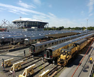 De Gangen van de doorgangsarbeider in Corona Rail Yard, Louis Armstrong Stadium Under Construction opzij Arthur Ashe Stadium, NYC stock foto
