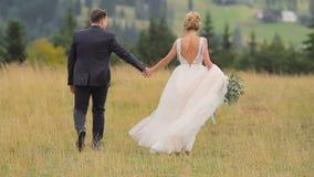 De Gangen van het huwelijkspaar in Bergen stock footage