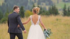 De Gangen van het huwelijkspaar in Bergen stock video