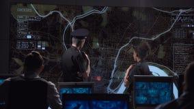 De gangster van de veiligheidsjacht op elektronische kaart stock videobeelden