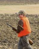 De garçon chasse de faisan à l'extérieur Image libre de droits