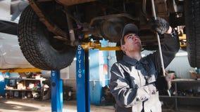 De garage automobiele dienst - een werktuigkundige controleert de opschorting royalty-vrije stock foto