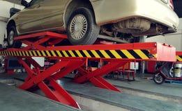 De garage van de autodienst met mechanische hulpmiddelenfoto Stock Fotografie