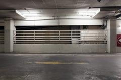 De garage van het autoparkeren in warenhuisbinnenland Stock Fotografie