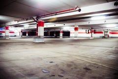 De garage van het parkeren, grunge ondergronds binnenland Stock Foto