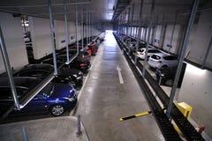 De garage van het parkeren met binnen auto's Stock Afbeelding