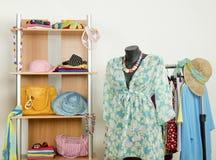 De garderobe met de zomer kleedt keurig geschikt en een stranduitrusting royalty-vrije stock foto