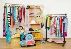 De garderobe met de zomer kleedt keurig geschikt en een volledige bagage Royalty-vrije Stock Foto's