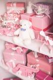 De garderobe van kinderen met veel speelgoed Selectieve nadruk stock afbeelding