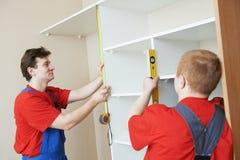 De garderobeschrijnwerkers bij installatie werken Royalty-vrije Stock Afbeeldingen