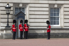 De Gardesoldaten bij het Buckingham Palace in Londen Stock Afbeeldingen