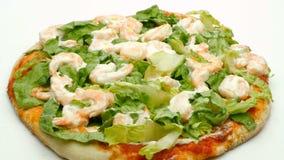 De garnalen en de mayonaise die van de pizzasla 4k-lengte roteren stock videobeelden