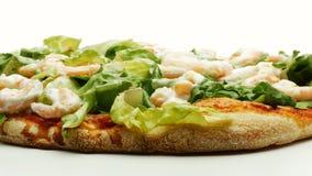 De garnalen en de mayonaise die van de pizzasla 4k-lengte roteren stock video