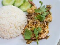de garnalen met knoflook en peper worden gebraden, eten met rijst die Royalty-vrije Stock Fotografie