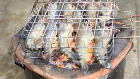 De garnalen roosterden bbq zeevruchten op fornuis, Geroosterde Riviergarnalen op het vlammen Thais voedsel - beweeg gebraden gere stock footage