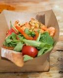 De garnalen van het straatvoedsel met groentenclose-up die worden gediend Royalty-vrije Stock Afbeeldingen