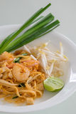 De garnalen vullen Thai (de nationale schotels van Thailand) op Stock Afbeeldingen