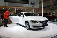 De gas-elektrische hybride witte auto van Volvo s60l phev Stock Foto