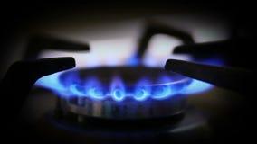 De gas en una estufa de gas almacen de metraje de vídeo