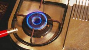De gasbrand brandt Aardgasontsteking in de Dichte Omhooggaande Mening van de Fornuisbrander stock video