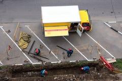 De gasdienst leidt het werk van de noodsituatiereparatie De het gasdienst van de vrachtwagennoodsituatie Mening van hierboven stock fotografie