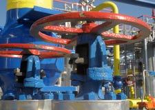De gaskleppen zijn op de post van de gascompressor Stock Afbeelding