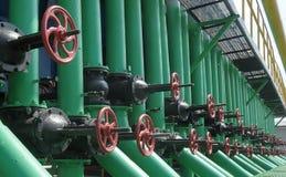 De gaskleppen zijn op de post van de gascompressor Stock Foto's