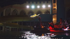 De gasten ontspannen in de lokale pools en het waterpark stock footage