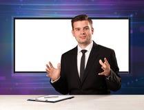 De gastheer van het televisieprogramma met het grote exemplaarscherm in zijn rug royalty-vrije stock foto
