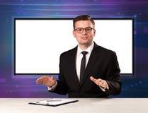 De gastheer van het televisieprogramma met het grote exemplaarscherm in zijn rug stock afbeelding