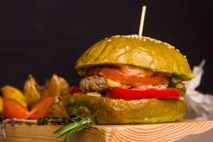 De gastronomische eigengemaakte hamburger met versiert Stock Afbeelding