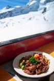 De gastronomische Hertevleesgoelasj Emince Zurichoise met grillspruitjes en versiert royalty-vrije stock afbeeldingen