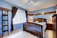 De gastslaapkamer met maagdenpalmen kleurt binnenlands en bruin hout Stock Foto