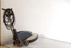 De gaszuiveraarmachine wordt geplaatst voor de ladder en wacht personeel het schoonmaken in de flat de portierdienst janitorial v royalty-vrije stock foto