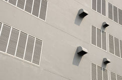 De gaten van de ventilatie bij de witte bouw Stock Foto's
