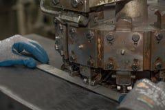 De gaten worden geslagen door machine in metaaldelen Royalty-vrije Stock Foto