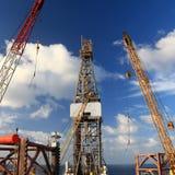 De Gato aparejo de perforación petrolífera en el mar para arriba con las grúas del aparejo Imagenes de archivo
