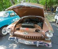 De gaz-21 Volga auto met een open motorcompartiment bij de show van retro auto's royalty-vrije stock foto's