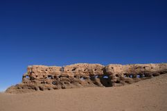 De geërodeerdea Muur van de Steen in Woestijn Stock Afbeeldingen