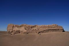 De geërodeerdee Muur van de Steen in Woestijn Stock Fotografie