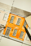 De geïllustreerde sinaasappel deelde het tweelingfragment van de verhogingsvoorgevel met bakstenen muurtextuur het betegelen scho Stock Foto's